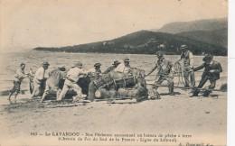 H68 - 83 - LE LAVANDOU - Var - Nos Pêcheurs Ammenant Un Bateau De Pêche à Terre - Chemin De Fer Du Sud De La France - Le Lavandou