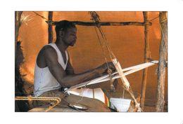 Afrique- (MALI ?)  TISSERAND (Tissage Métier )   (Sacko Moussa 4095 Photo Renaudeau (Hoa-Qui) )*PRIX FIXE - Mali