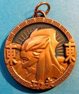 MEDAILLE AMULET JACKIE CHAN  TM & C 2004 API - Jetons & Médailles