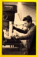 FOTOKAART ©1956 VAKSCHOOL MECANICIEN Metaal Boren FOTO SCHOOL KLAS CARTE PHOTO CARD FOTOKARTE ECOLE CLASSE METIER 3863 - Ecoles