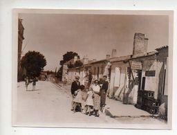 REF PHOR : Photo Originale  10 X 7 Famille à L'ile D'Aix Devant épicerie Tabac Mercerie 9 1950 - Lieux