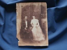 Photo Couple De Jeunes Mariés Assis  Devant Une Belle Armoire Mariés Portant Des Lunettes - CA 1910 - L356 - Personnes Anonymes