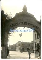 Wehrmacht - In Der Kaserne - ADOLF HITLER KASERNE - Artillerie Regiment 34 - Eingangsportal - Krieg, Militär