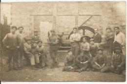 CARTE - PHOTO.....de 16 Ouvriers Devant Un Moteur De 80 Chevaux - Photographie