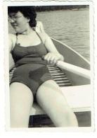 Foto/Photo. Snapshot. Femme/Pin Up En Maillot Dans Une Barque. - Pin-Ups