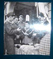 Photo Presse Soldats US Femmes Coiffe Bigoudène Années 1940 Bretagne - Lieux