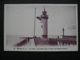 Fecamp(S.-I.).-Les Jetees-Au Premier Plan,le Phare Avec Sirenes D'alarme - Haute-Normandie