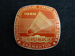 Soviet Youth Badminton Tournament In Memory Of Dzyak 1985 Dnepropetrovsk USSR Pin Badge - Badminton