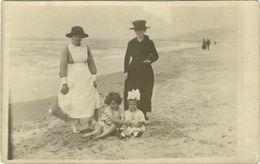 Famille à La Mer Photo Carte - Anonyme Personen