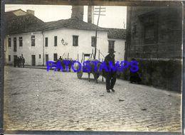 90383 SPAIN ESPAÑA SANTIAGO GALICIA COSTUMES COWS AND MEN ON THE STREET PHOTO NO POSTAL POSTCARD - Photographie