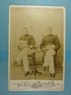 Photo Sur Carton Deux Militaires Attablés Devant Un Verre - Guerre, Militaire