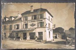 VILLENEUVE - Le - ROI . La Place De La Grande Fontaine Et Le  Café . Etat . - Villeneuve Le Roi
