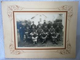 Ancienne Photo Collée Sur Carton / Réserviste Défense Du Territoire Poilu De 14/18 Groupe De Soldat WW1 - Guerre, Militaire