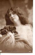 VRAIE PHOTO . Jolie Femme Aux Roses . - Femmes