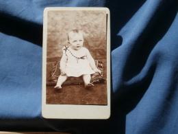 Photo CDV Sans Mention Photographe  Bébé Blond Assis Sur Un Coussin - CA 1890 - L348 - Photographs