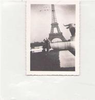 PHOTO DE PERSONNE DEVANT LA TOUR EIFFEL 8 X 6 CM 1947 - Lieux