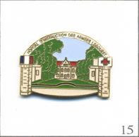 Pin's Hôpital Militaire / Hôpital D'Instruction Des Armées Legouest à Metz (57) Avec Croix-Rouge. Non Est. EGF. T578-15 - Militaria