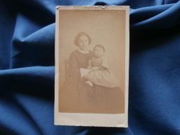 CDV Photo F. Blin à Orléans - Second Empire Femme Avec Jeune Enfant Sur Les Genoux, Circa 1865 L356A - Photos