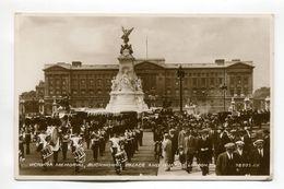 Victoria Memorial Buckingham Palace And Guards London - Buckingham Palace