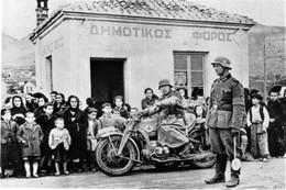 Militaria WW2 - Soldats Allemands Dans Un Village Grec Fin Avril 1941 - 1939-45