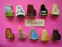 Serie Complète De 10 Fèves En Porcelaine - LES PIANOS A QUEUE 2008 - ( Feve Miniature ) - Charms