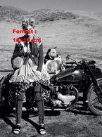 Reproduction D'une Photographie D'une Jeune Femme Au Look Spécial Près De Sa Moto Side Car Avec Son Chien - Repro's