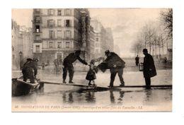 75 - PARIS . INONDATIONS DE PARIS 1910 . SAUVETAGE D'UN ENFANT QUAI DES TOURNELLES - Réf. N°7988 - - Paris Flood, 1910