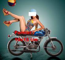 Reproduction D'une Photographie D'une Jeune Femme En Maillot De Bain Assise En L'envers Sur Une Moto - Reproductions