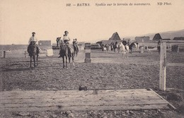 ARGELIA. BATNA. SPAHIS SUR LE TERRAIN DE MANOEUVRE. ND PHOT. VINTAGE PANORAMA HORSES CHEVAL-TBE-BLEUP - Algerije