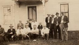 Photo Originale Réunion De Cow-Boy Aux USA Vers 1920/30 - Maison En Bois Et Stetson, Casquette & Canotier - Personnes Anonymes