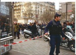 Policier Paris 12 ème - Je Suis Charlie Sur Kiosque à Journaux Moto Yamaha - Cpm 2015 - Tirage Limité - Polizia – Gendarmeria