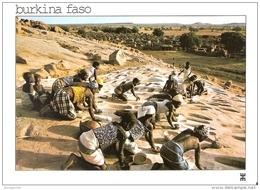 BURKINA FASO - TIBOU - Province Du Yatenga - Jeunes Filles Peuvent Et Doivent Moudre Un Peu De Mil - W-6 - Burkina Faso