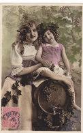 Enfant (Fantaisie) - Deux Filles Dont Une Sur Un Tonneau Avec Un Verre Et Des Grappes De Raisin - Enfants