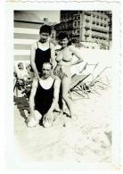 Foto/Photo. Homme Et Pin Up En Maillot. 1945. - Pin-Ups
