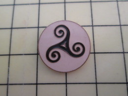 Pin1015c Pin's Pins / Rare Et De Belle Qualité  : AUTRES : TRISKELL SORTE DE SVASTIKA MOLLE A 3 BRANCHES - Badges