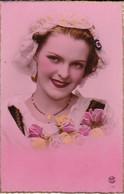 AK Französisches Mädchen Mit Blumen - Coquarde - Ca. 1920 (33690) - Frauen