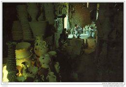 Bahrain - Potter At A` Ali - Potier Poterie Artisanat Artisan ( 2 Scans ) - Bahrain