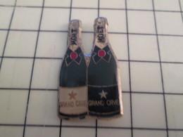 """Pin1015c Pin's Pins / Rare Et De Belle Qualité  : BOISSONS / 2 BOUTEILLES DE CHAMPAGNE """"GRAND CRUE"""" (sic) La Millénaire - Boissons"""