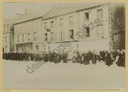 (Bretagne) Finistère. Huelgoat. Procession Sur La Place. Citrate Circa 1900. - Lieux