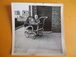 Photographie/Bébé Dans Landau Avec Grand Frère à Côté / /Vers 1950   PHOTN300 - Personas Anónimos