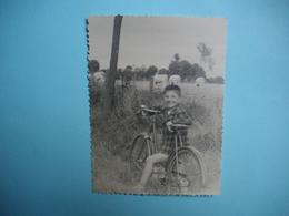 PHOTOGRAPHIE  Jeux Et Jouets  -  La Bicyclette  -  Decize -  58 -   8,7 X 11,6 Cms  -  1957  - - Jeux Et Jouets