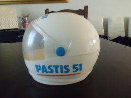 """Reprodution Casque De Moto Ou F1 Publicitaire """" PASTIS 51 """" En Plastique ( SUCRIER ) - Publicidad"""