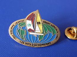 Pin's Voilier - 1982 Philippe Jeantot - Crédit Agricole 1991 - Les Défis D'entreprendre - Sport Voile Bateau 85 (PQ46) - Sailing, Yachting