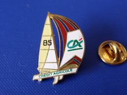 Pin's Voilier - 1982 Philippe Jeantot CA Crédit Agricole 1991 - Les Défis D'entreprendre - Sport Voile Bateau 85 (PQ47) - Sailing, Yachting