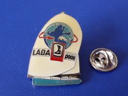 Pin's Voilier - Loick Peyron Lada Poch - L'automobile Sur Tous Les Terrains - Course Bateau Régate (PQ51) - Sailing, Yachting