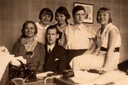 Photo Originale Bureaucrate Façon Charly Et Ses Drôles De Dames Vers 1920 - Jalousie Dans Les Regards De Femmes - Professions