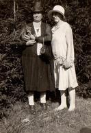 Photo Originale Bourgeoises Endimanchées Avec Leur Petit Toutou Dans Les Bras Vers 1920/30 - Anonyme Personen