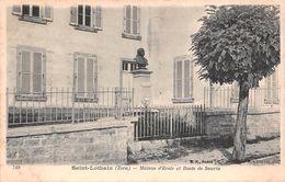 39 - St-Lothain - Maison D'Ecole - Buste De Sauria - Frankrijk