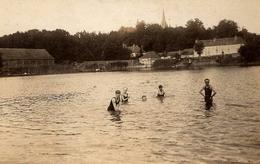 Carte Photo Originale Baignade & Maillot De Bain, Famille Se Baignant Dans Un Lac Au Pied D'un Village & Clocher 1920 - Personnes Anonymes