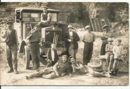 CARTE -PHOTO...OUVRIERS AU REPOS...devant  Un Camion BERLIET....bon Plan...belle Photo...dos Vierge - Cartes Postales